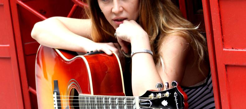 Pamela Rodriguez firma su nuevo disco con BMV.